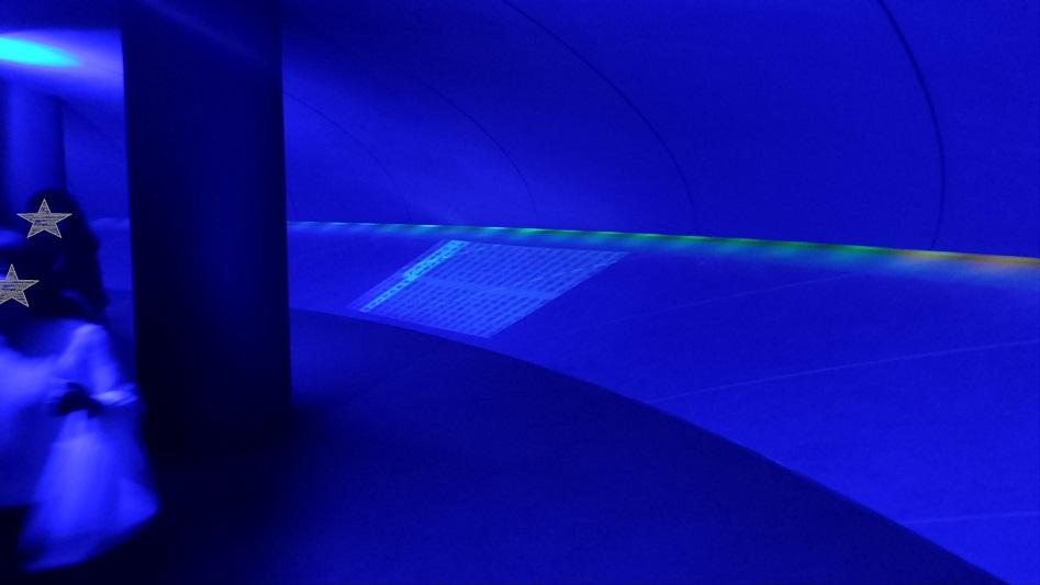 牛久大仏青い空間